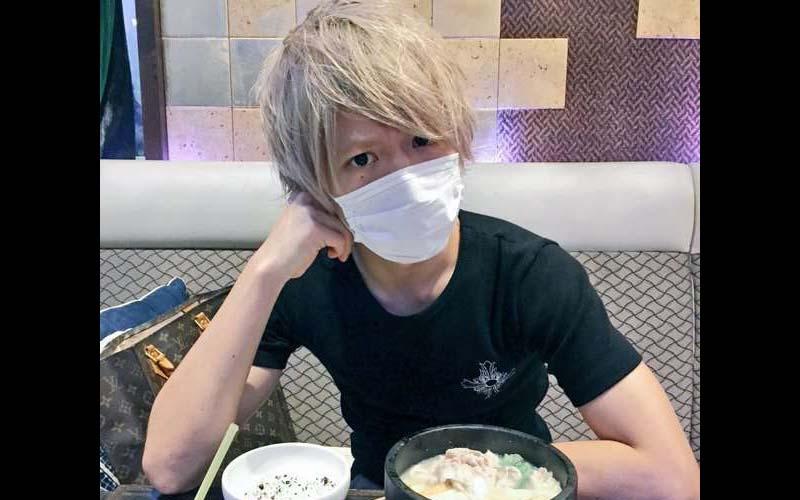 號稱日本東大校草的他,總是喜歡戴著口罩拍照,沒想到上節目卸下口罩後,真面目令網友驚了!!  -