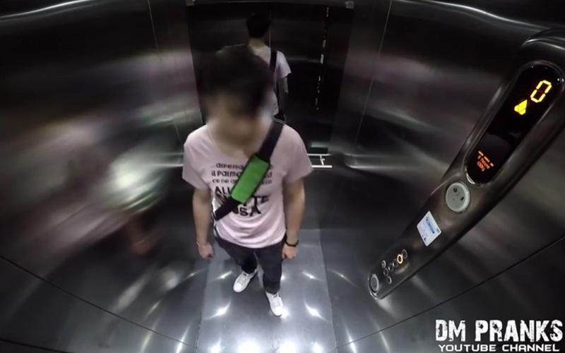男子一如往常般的搭著電梯,但當電梯門打開時.....這一幕讓他軟腳了!(圖+影)