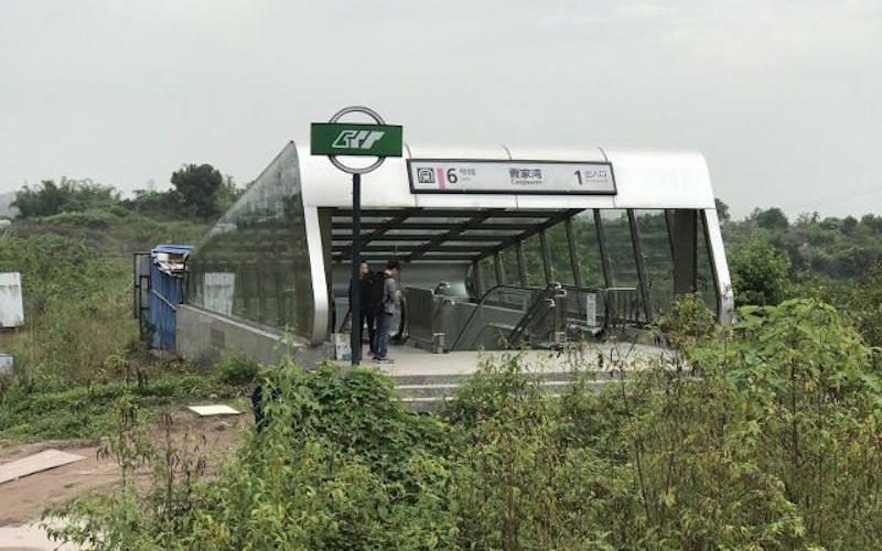 這是穿越嗎?中國這個設在「荒郊野外的地鐵站」一走進彷彿穿越了時空!