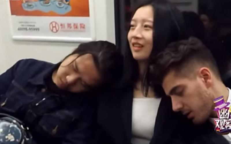 綜藝節目派出「外國帥哥VS本土男子」在地鐵上靠別人的肩睡覺,陌生人的反應讓大家都笑翻了!(影)