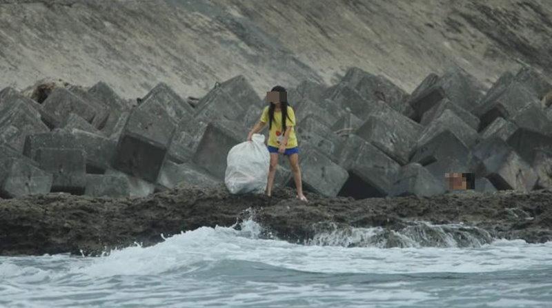 以為是善良正妹參與溫馨淨灘活動,下一秒卻讓人目擊到傻眼的舉動....