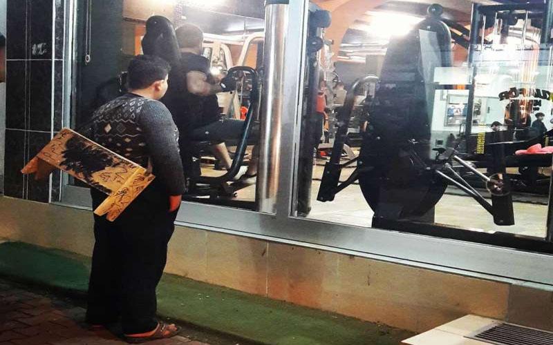 擦鞋男童站窗外「癡癡凝望健身房」沒錢進去...霸氣老闆找出他送「終生會員」!
