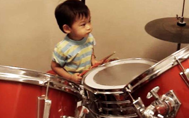 2歲小男童「拿著鼓棒狂敲」以為他在亂打!音樂一播放出來瞬間震驚眾網友:是神童阿!