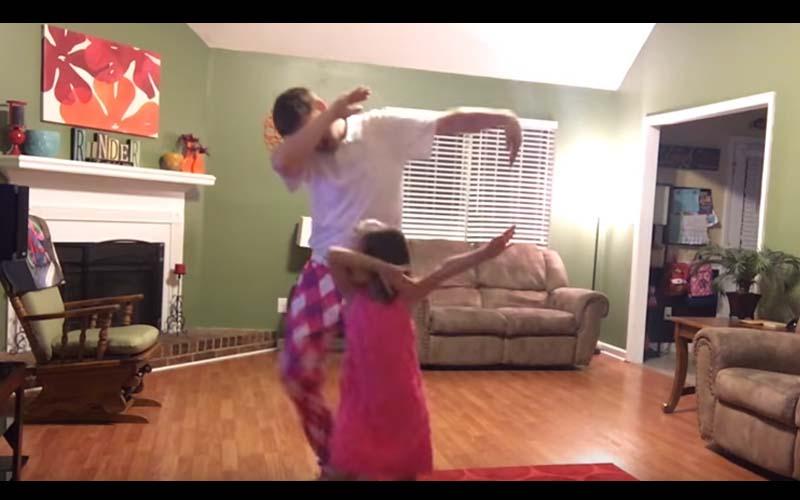 這對父女組成「粉紅舞蹈組合」融化人心的場面,網友大呼「好可愛太溫馨了!」