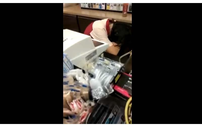 民眾想結帳,超商店員卻叫不醒!影片道出台灣人過勞辛酸阿!