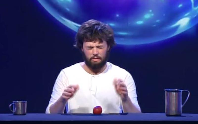 世界魔術冠軍只帶了「杯子和蘋果」觀眾超納悶,下一秒「超快無影手」全場瞬間歡聲雷動!