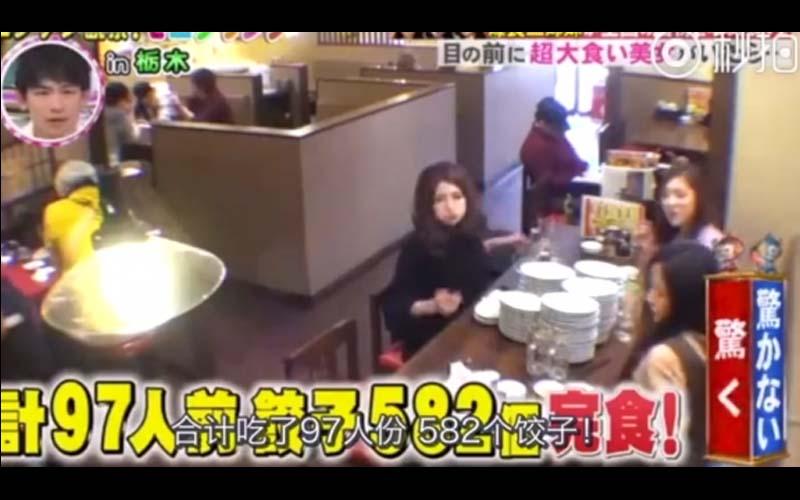 三個大胃王正妹在餐廳瘋狂點餐,原本被隔壁桌男子調侃吃不完,結果吃了97人份!男子當場傻眼!