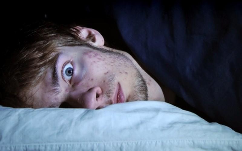 經常在「凌晨3點到5點」驚醒?醫學指出這是身體告訴你的「重要訊息」!