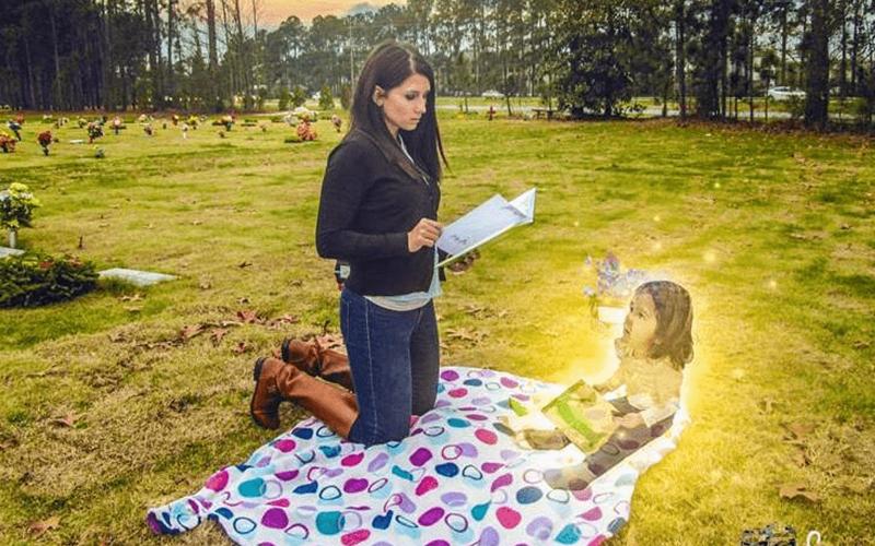 攝影師好心為「痛失愛女」的母親拍攝感人親子照,照片完成後才知道原來「兇手就在照片裡」!