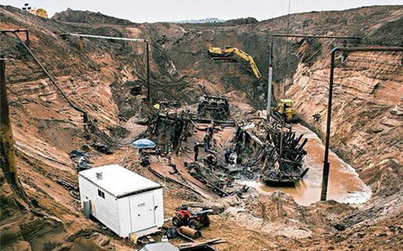 考古學家用金屬探測器發現一間農場地下有異常,沒想到進行開挖後,竟然被埋在地底下的東西嚇到魂都散了...