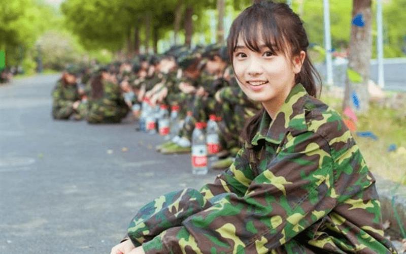 麻煩女友幫忙開可樂,沒想到身為職業軍人的她下一秒「職業病」發作,反射動作讓大家笑翻....