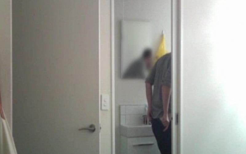 東西老是移位!「怒裝監視器」結果畫面出現「男室友脫下褲子」拿起她的牙刷…(圖+影)