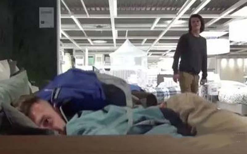 太瘋了!他們挑戰在IKEA過夜,躲櫃子、躺遍所有的床!但隔天逃出來後他們發誓再也不做了!