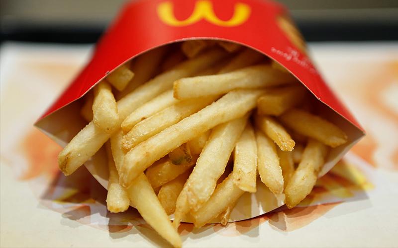 麥當勞前員工爆料「薯條總是吃沒幾根就沒了」的真實原因,原來是裝薯條「靠這招」製造出很滿的假象!