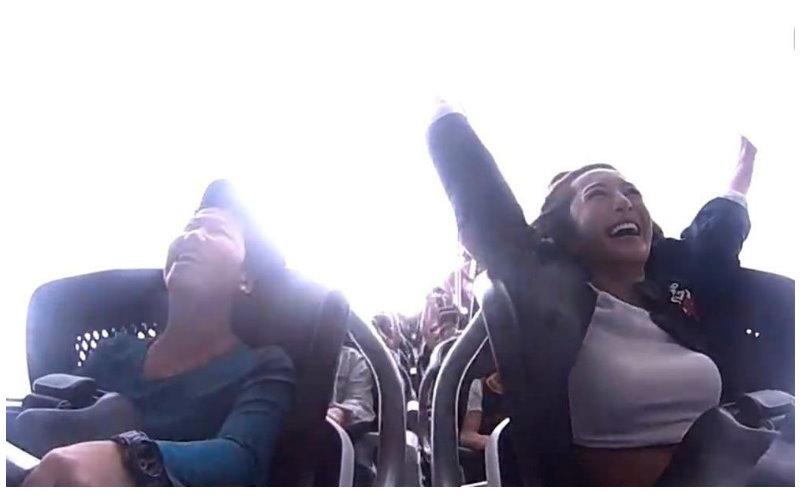 女星到澳洲玩最快雲霄飛車!結果一抬手…「形狀全露」網友:硬了!(圖+影)