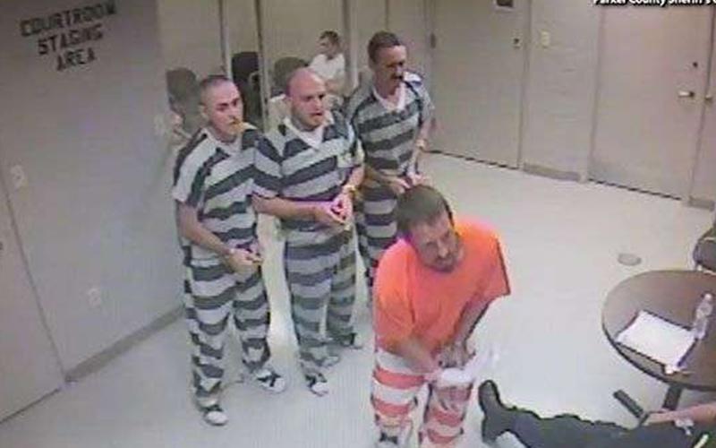 「越獄」救命!獄警心臟病發,囚犯不畏被掃射的風險仍「集體撞鐵欄」救他!