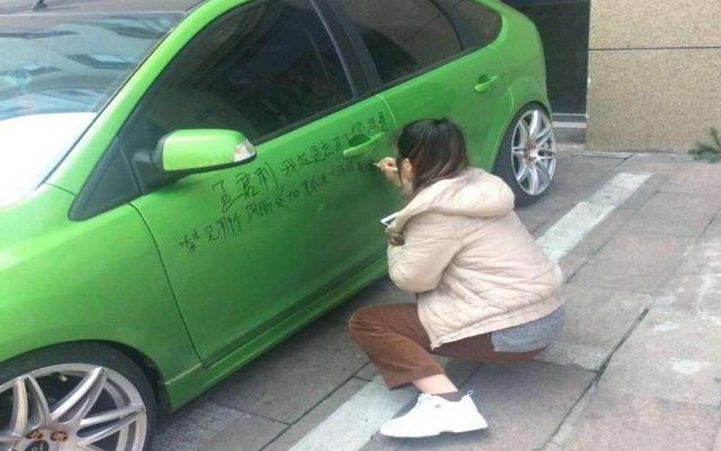 不甘心被甩!女子在前男友車上大爆料,滿滿「啪啪啪」內容讓路人笑歪:不要秒射好嗎?XD