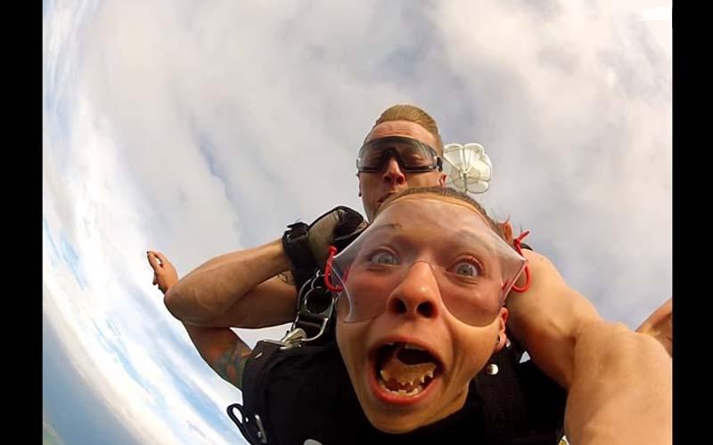 她玩極限跳傘興奮到「假牙噴出」還擊中後方教練!超糗!