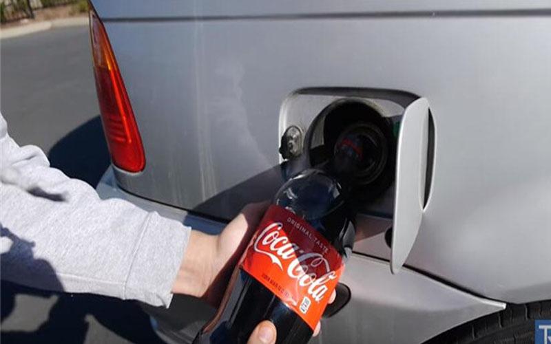 他在BMW油箱中倒入「2升可樂」當燃料,1分鐘後...結局超悲劇!