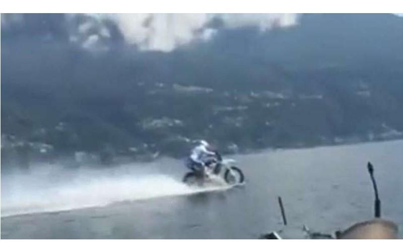 男子騎機車在「水上」狂飆!義大利奧運運動員橫跨湖泊5公里創世界紀錄