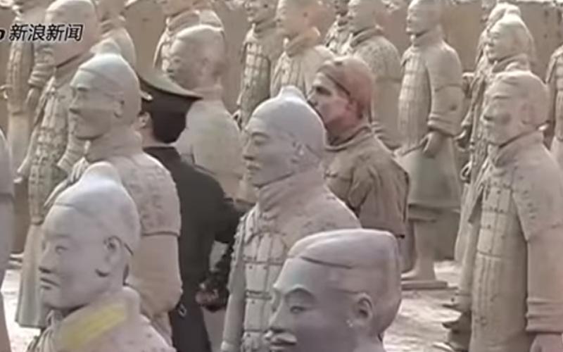 男子混進博物館「假裝兵馬俑」接獲通報警察卻怎樣都找不到!最後結局讓網友笑噴