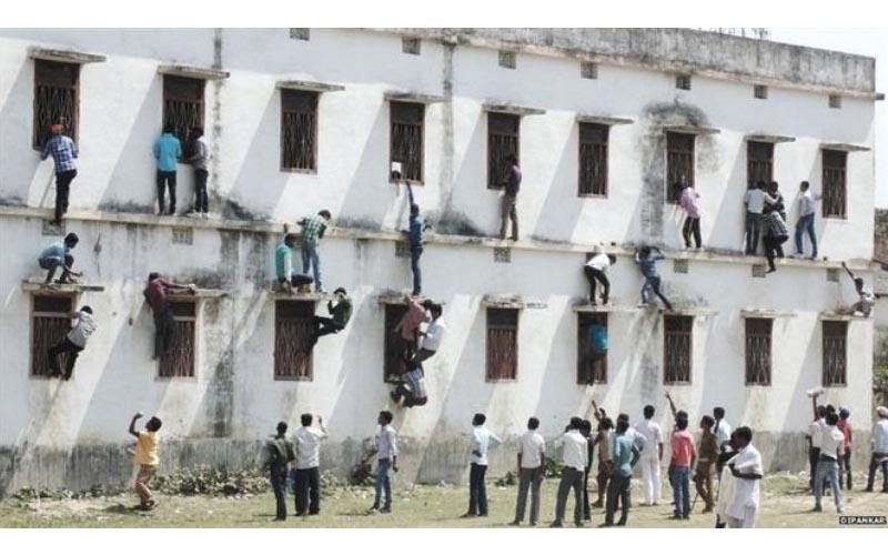 印度高考「考場外牆爬滿學生的家長」為了孩子的成績,他們寧願被警察拘留。