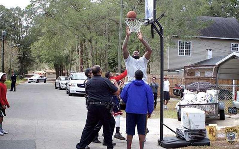 警察接獲投訴「小孩打籃球太吵」沒想到他竟帶上「重量級NBA巨星」一起前去PK球技!