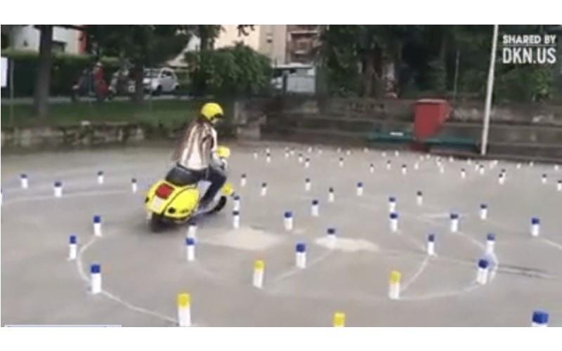 女騎士考駕照展神技「輕鬆過360度轉彎」,但一看到後面的「魔王關卡」台灣人瞬間拜倒...
