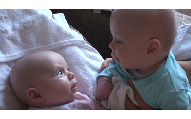 爸爸錄下雙胞胎寶寶之間的對話 認真到皺眉頭「下一秒燦笑」讓網友瞬間融化~