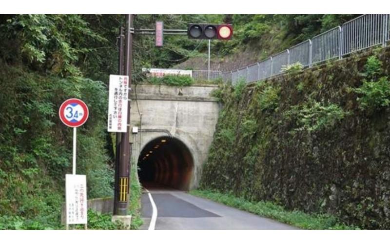 超驚悚「鬼影實錄」! 他們深夜開進隧道裡... 「磅!」一聲 車窗上竟出現鬼手印!(影)
