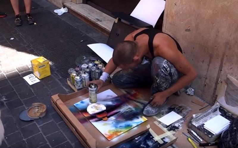 他坐在路邊「隨便亂噴」把畫布弄超髒,幾分鐘後「神等級畫作」出爐征服所有人!