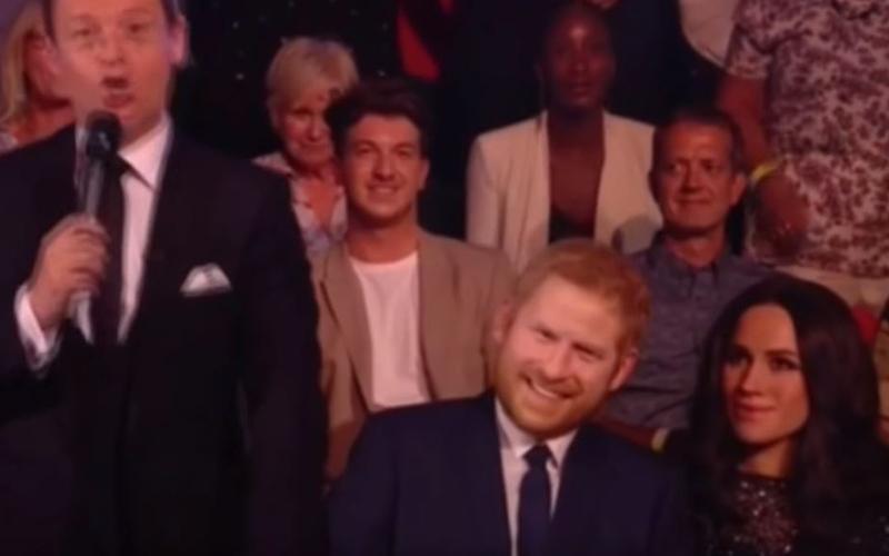 梅根是機器人!?哈利王子帶愛妻上節目,梅根一轉頭「詭異微笑僵臉」網友嚇瘋:是假人!