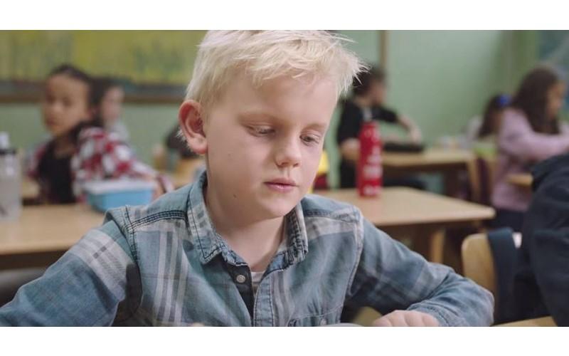 小男孩打開「空空的便當盒」餓肚子上學,走出教室裝沒事...但當他回到教室後心都暖了