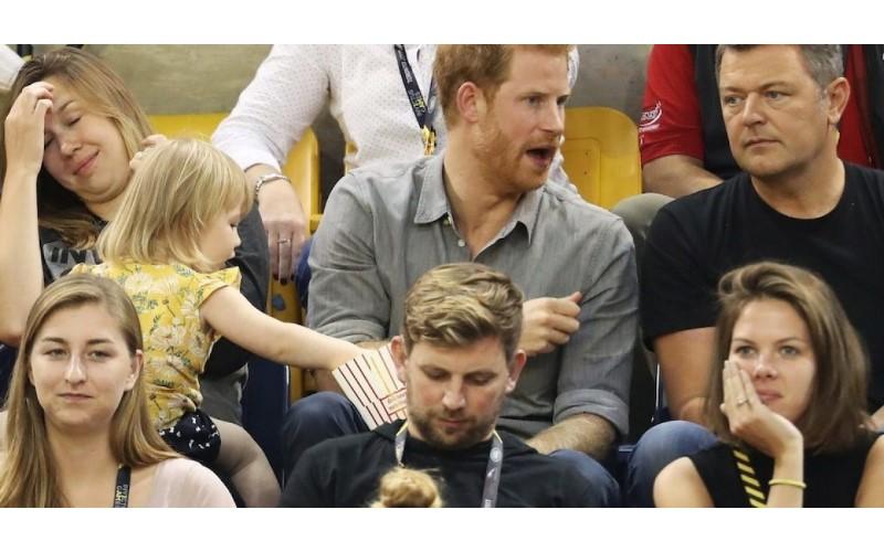 2歲女童偷吃「哈利王子」的爆米花 被抓到後...下一幕萌翻眾人