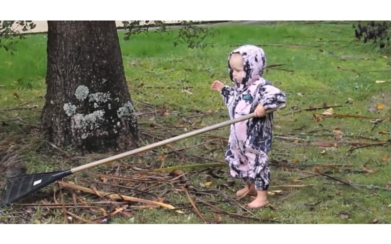 這名爸爸教你「如何讓寶寶做家事」幽默「聲控女兒」指派任務 「一拿出馬桶刷」孩子反應網笑翻