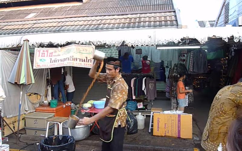 泰國飲料攤販店員「秀一手神技」!奶茶絕不會灑「邊旋轉邊拉茶」客人看呆