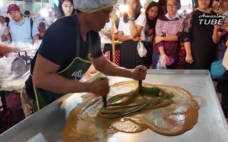 大家好奇圍觀泰國攤販表演「泰式拉麵」當他一舉起雙手...太神了!