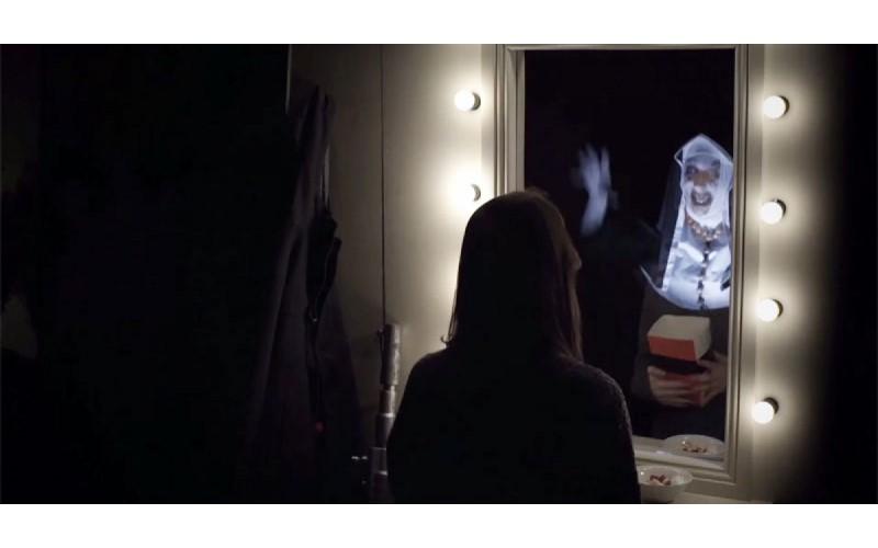 他們設置了《厲陰宅》的鏡子惡作劇害每個觀眾都嚇瘋,但最後一人出乎意料的「反應」卻讓大家都笑了XD