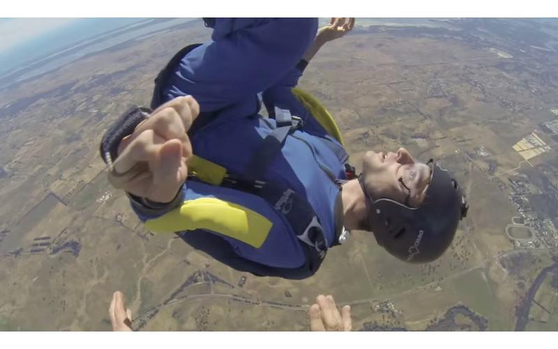 男子玩極限跳傘突然癲癇發作,他背部朝下「失控抽搐」教練立刻神救援...驚險一瞬間!