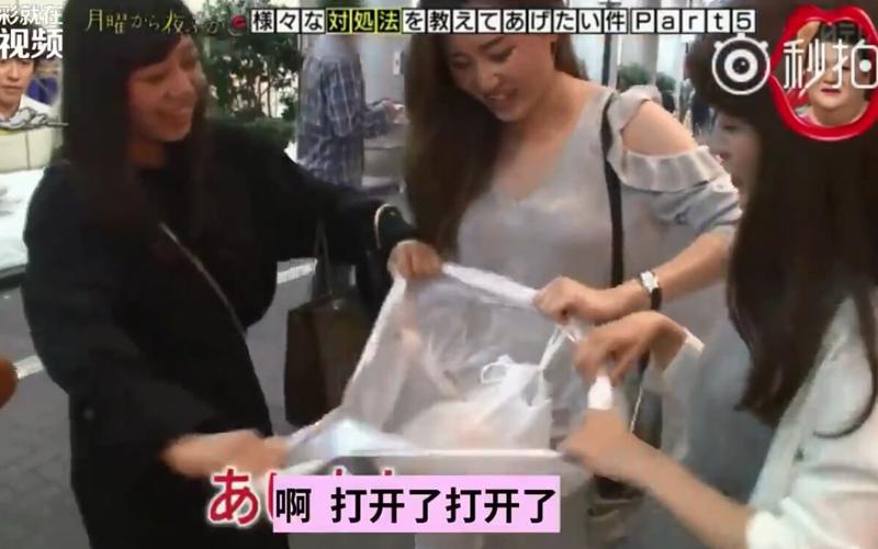 日本綜藝節目教路人解開死結塑膠袋,當打開的剎那...浮誇的反應笑翻現場!