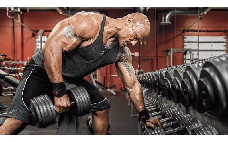 巨石強森公開健身過程「挺舉200kg啞鈴」超強!仔細一看「下半身更猛」自嘲:其實我是生化人