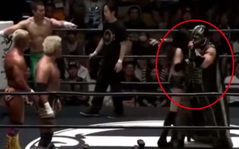 摔角到一半女選手的內衣滑落,暖男摔角手立刻用披風紳士幫擋還幫扣!